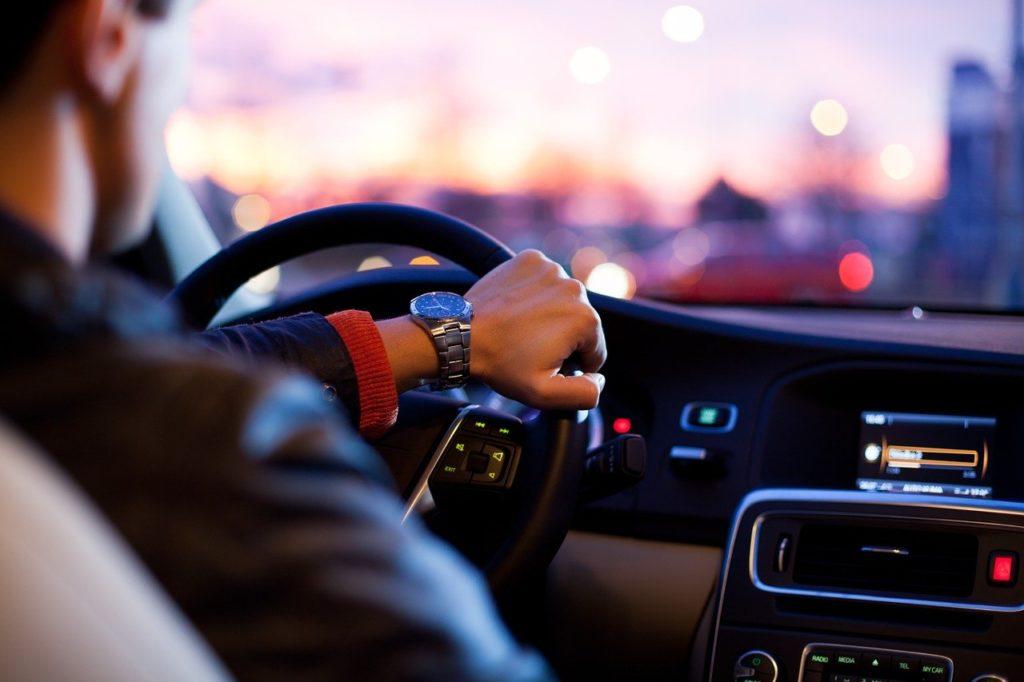 איש נוהג