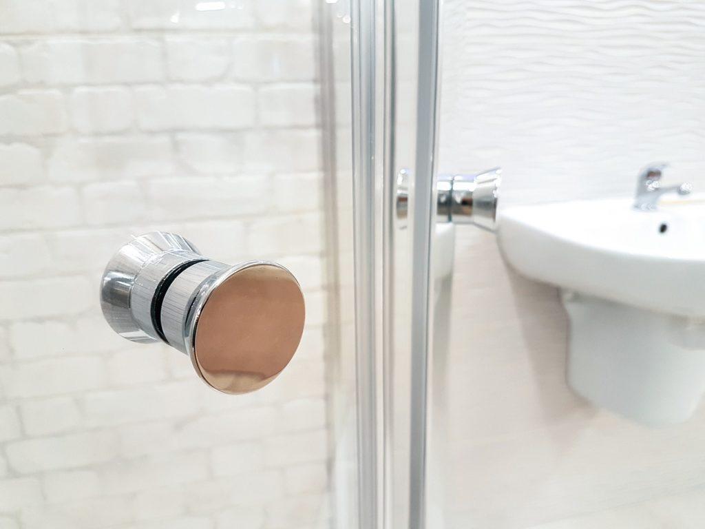 ידית על מקלחון זכוכית