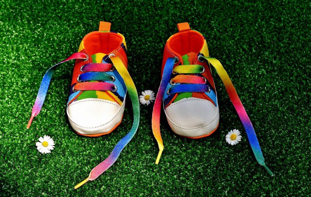 זוג נעליים צבעוניות