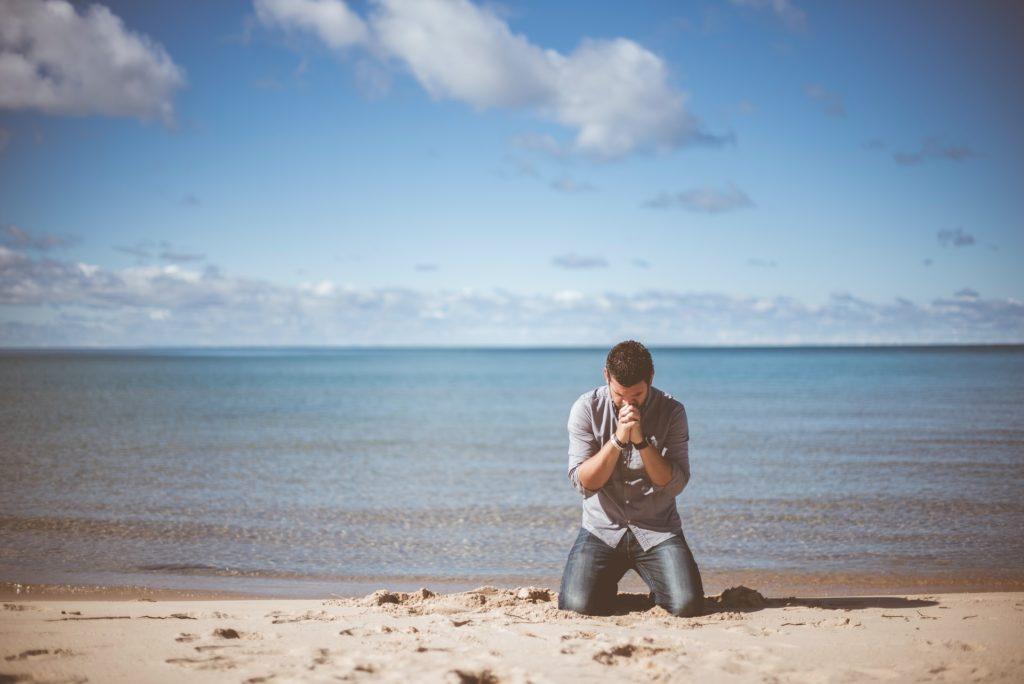 בחור מיואש יושב בחוף - אילוסטרציה